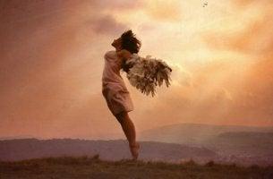 mujer con alas simbolizando el arte de saber renunciar