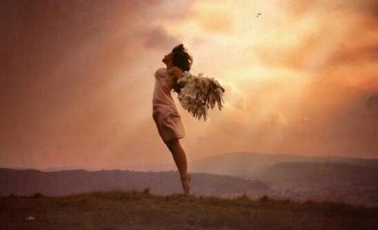 mujer con alas representando las frases de Jorge Bucay