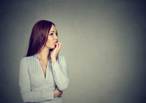 Mujer con ergofobia experimentando ansiedad