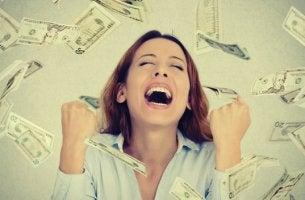 Mujer con dinero contenta por tener un golpe de suerte