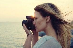 mujer con cámara representando a las mujeres alfa