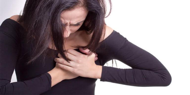 Mujer con dolor al corazón