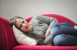 Mujer con dolor de barriga