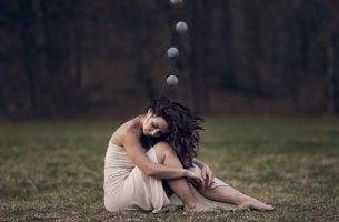 mujer con esferas sobre su cabeza representando el efectos del estrés sobre tu cuerpo