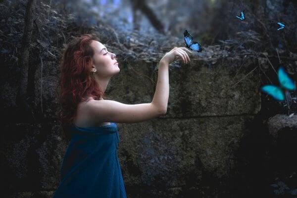 Mujer con mariposas azules