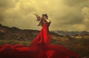 mujer con vestido rojo que expresa las emociones