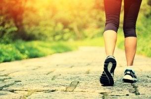 Mujer con zapatillas de deporte caminando