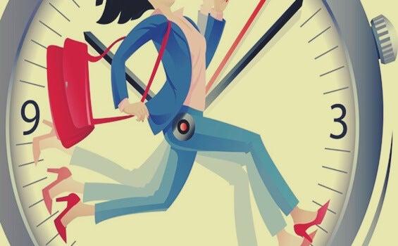 mujer corriendo ante reloj sufriendo las fases del estrés