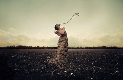 mujer atada con cuerdas para simbolizar la ira y depresión