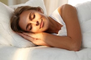 Mujer durmiendo mientras el sol le da en la cara
