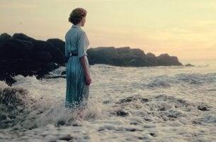 mujer en el mar que sufre angustia