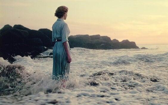 Mujer pensando en los efectos del mar y salud para su bienestar