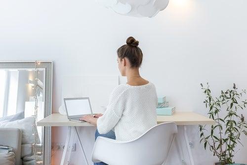 Mujer en un escritorio con decoración minimalista