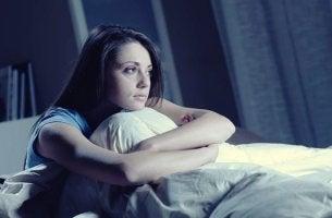mujer representando esos momentos en que no quieres ni levantarte