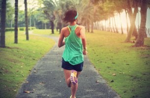 Mujer haciendo deporte por un camino