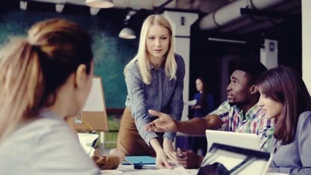 mujeres alfa trabajando en equipo