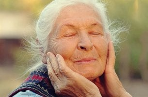 mujer mayor con ojos cerrados simbolizando la regulación de las emociones en la vejez