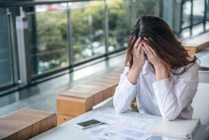 Mujer preocupada por su ansiedad en el trabajo que necesita rituales para vencer la ansiedad