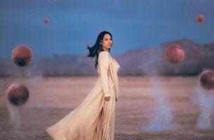 mujer rodeada de esferas simbolizando las creencias fatalistas