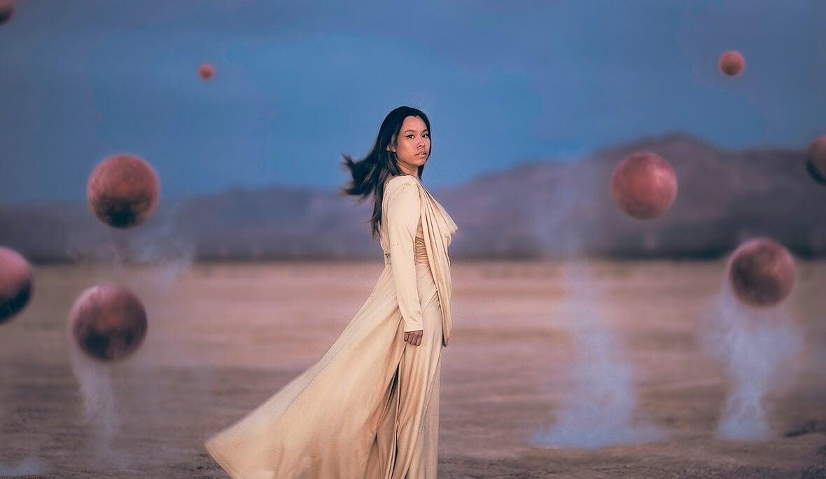 mujer con esferas que ha superado el periodo de duelo