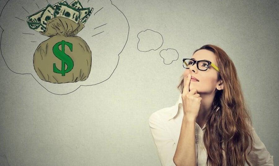 Mujer pensando en dinero