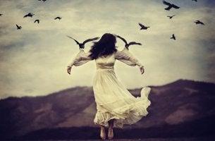 mujer sostenida por pájaros que intenta huir de sus nudos emocionales