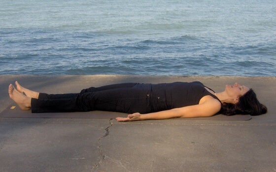 mujer practicando técnicas de relajación para dormir mejor