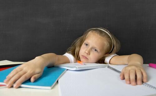 Niña aburrida por los deberes
