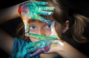 Niña creativa para representar la importancia del arte en el desarrollo infantil