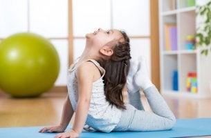 Niña haciendo yoga