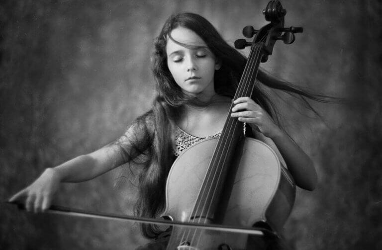 Niña tocando un violín