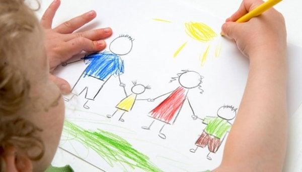Niño dibujando a su familia