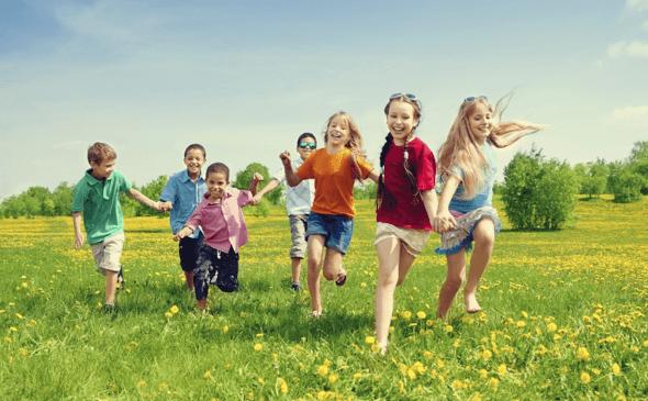 niños corriendo en campo simbolizando la educación en valores