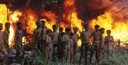 Niños salvajes con fuego