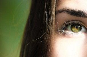 ojos de mujer representando el efecto Flynn