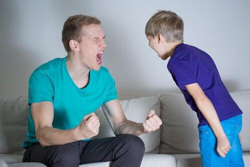 Padre gritando a su hijo