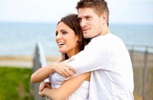pareja abrazada dedicándose admiración y amor