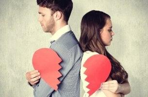 pareja con corazón roto simbolizando los mitos sobre la infidelidad