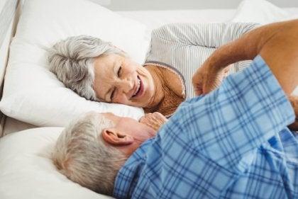 Pareja de personas mayores en la cama para representar la sexualidad en la tercera edad