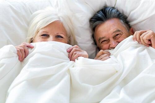 Pareja de personas mayores en la cama