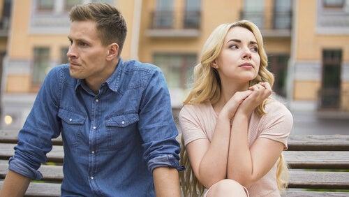 Pareja en silencio simbolizando los factores que acaban con el amor de pareja