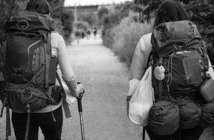 Peregrinos haciendo camino de Santiago para representar la communitas