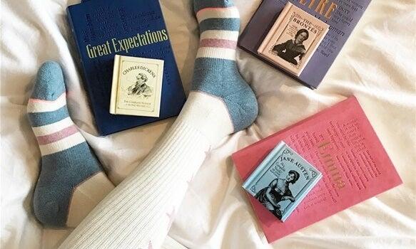 persona con calcetines representando el arte de disfrutar al leer antes de dormir