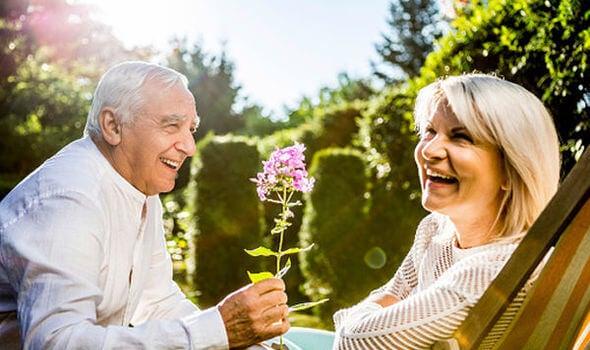 Pareja de personas mayores felices
