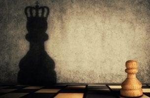 piezas de ajedrez simbolizando la doble cara de la ambición