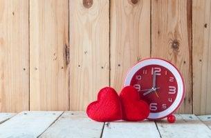 Reloj con dos corazones
