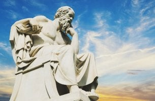 escultura simbolizando las lecciones de vida de Sócrates