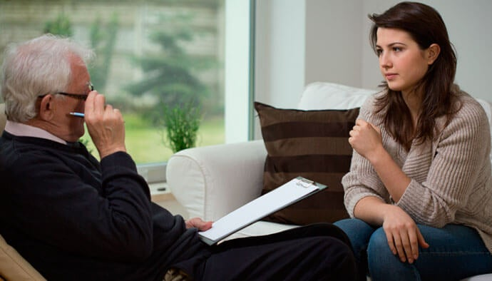 Chica en terapia para tratar el problema de cuando no sientes nada durante una depresión