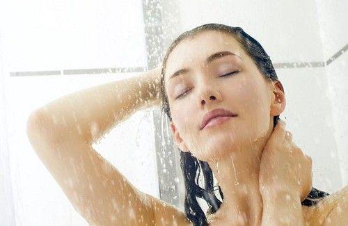 mujer tomando una ducha representando esos momentos en que no quieres ni levantarte