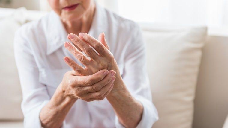 Mujer cogiendo su mano